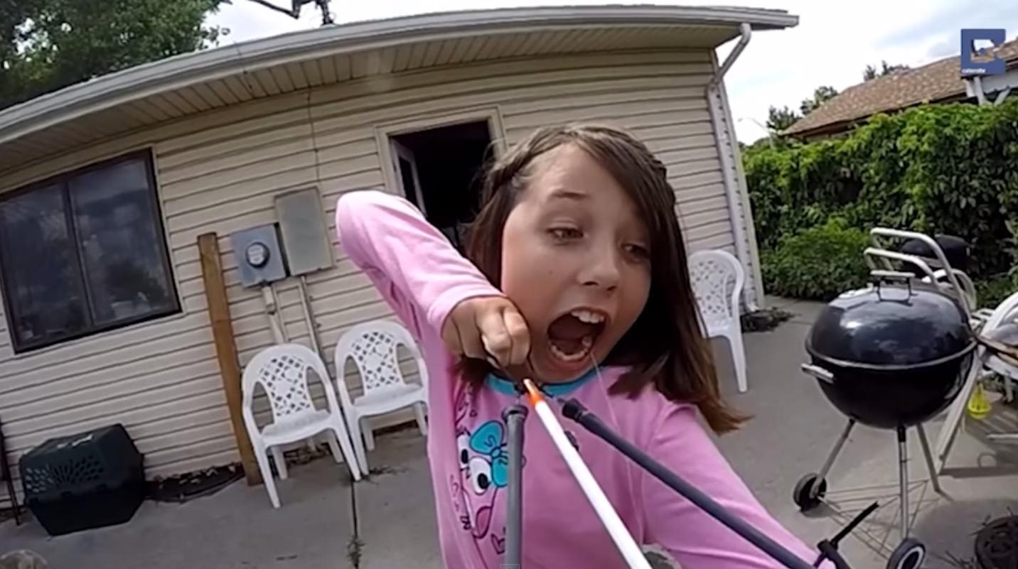 聰明女孩想出幫自己拔牙的好方法 拿出了一副弓箭綁住牙齒發射