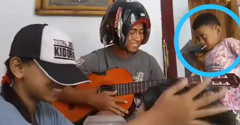 影/大家都不懂為什麼彈結他要戴頭盔 直到音樂響起...網:「是燃燒他人生命的音樂啊」